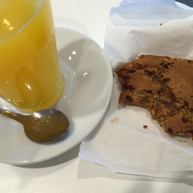Colazione ikea: spremuta d'arancia e biscotto al caramello #food #dolce