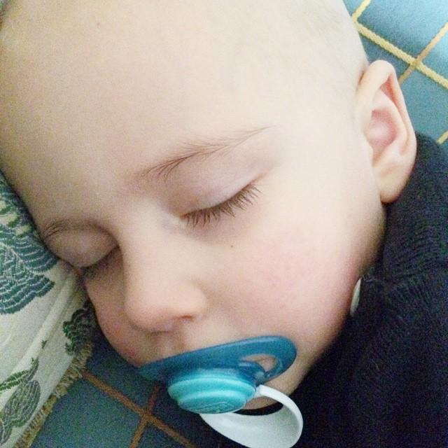 Lui dorme ed io vorrei fermare il tempo e chiudere tutto il mondo fuori #mylife #love