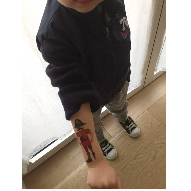 Abbiamo fatto un patto: tra qualche anno ne facciamo uno uguale io e lui. Per ora ci accontentiamo di questo #Tatoo #minirondini dei pirati. Thanks to @coccolebimbi #love #instakids #instamamme #thewomoms #baby