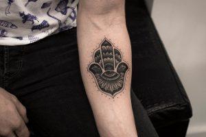 Tattoo mano di Fatima sul braccio